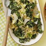 Салат с макаронами бантиками, брюссельской капустой и заправкой Цезарь