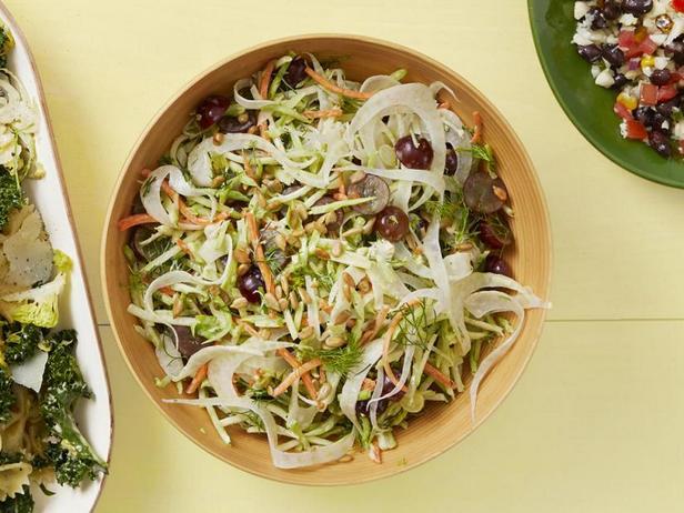 Фото Капустный салат с брокколи, фенхелем и заправкой ранч
