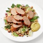Капустный салат с фасолью и жареной на гриле колбасой