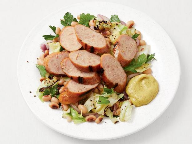 Фото Капустный салат с фасолью и жареной на гриле колбасой