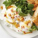 Яйца пашот с чесночным йогуртом по-турецки