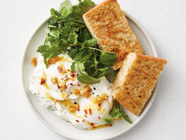 Фото Яйца пашот с чесночным йогуртом по-турецки