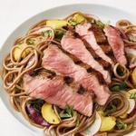 Салат с лапшой соба и жареным на гриле стейком