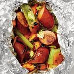 Колбаса с бататом в свёртках из фольги на гриле