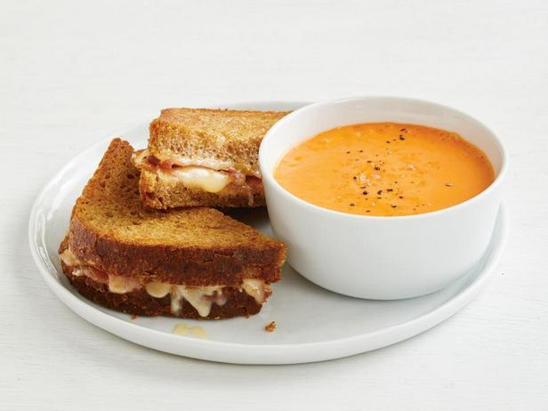 Фото Горячие сэндвичи с сыром и испанской ветчиной с гаспачо