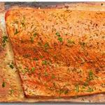 Копченый лосось на кедровой доске