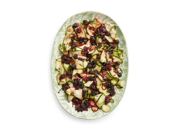 Фото Свежий салат из цуккини с ежевикой