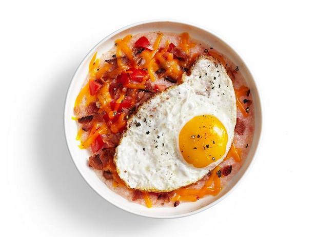 Фото Томатная кукурузная каша с жареным яйцом