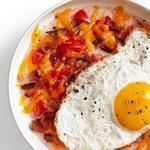 Томатная кукурузная каша с жареным яйцом