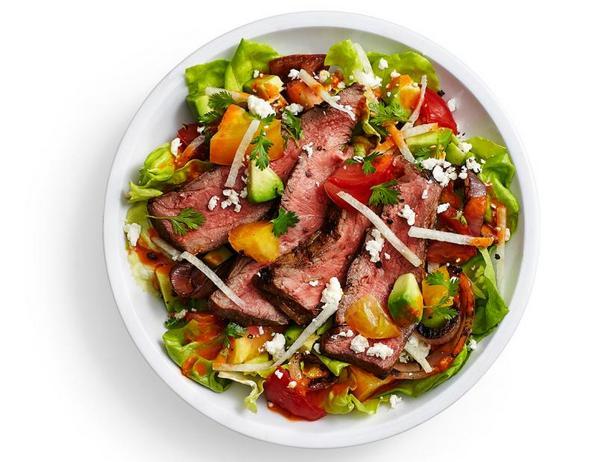 Салат со стейком и томатной винегретной заправкой