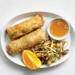 Эгг-роллы с курицей и капустный салат коул слоу с брокколи на гарнир