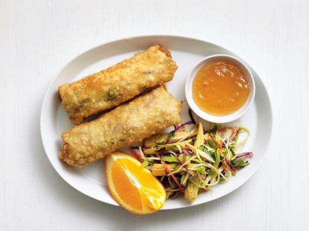 Фото Эгг-роллы с курицей и капустный салат коул слоу с брокколи на гарнир
