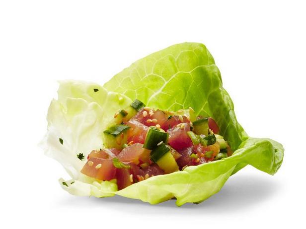 Фото Поке с тунцом в салатных листьях