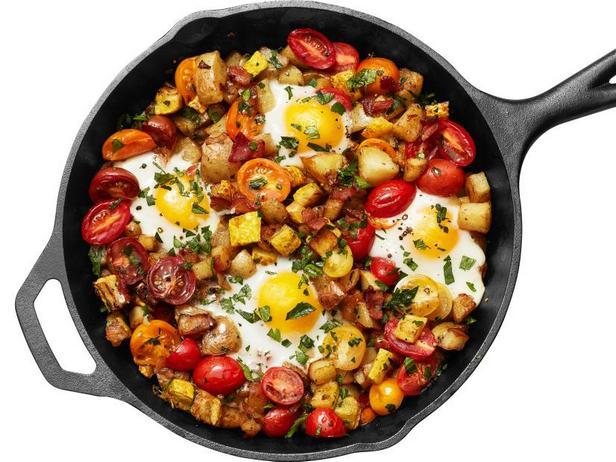 Фото Жареная картошка с беконом, кабачками и яичницей