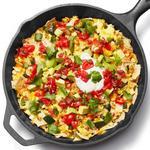 Яичница-болтунья с сальсой в сковороде