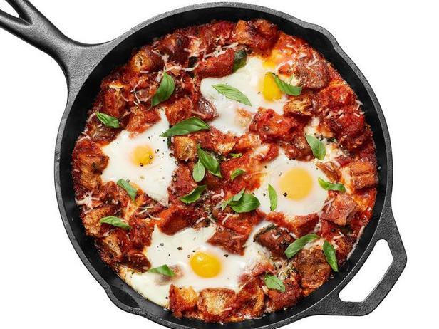 Фото Яйца в Чистилище: яичница в томатном соусе с колбасками