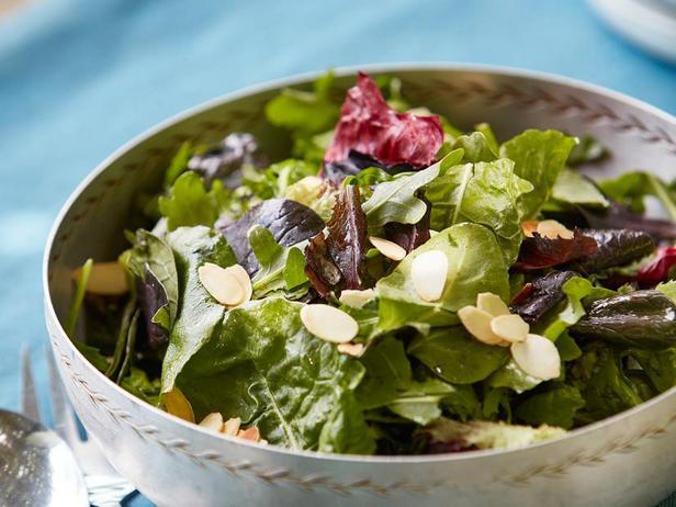 Зелёный салат с абрикосовой винегретной заправкой и миндалём