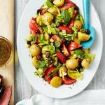 Картофельный салат с садовыми томатами и оливками