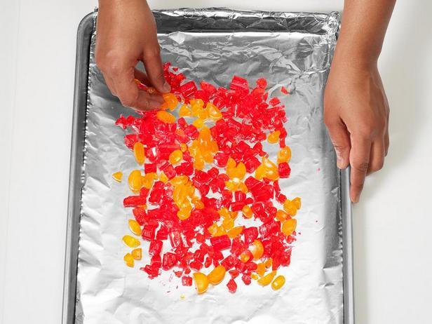 Разложите леденцы на противне для получения эффекта горения