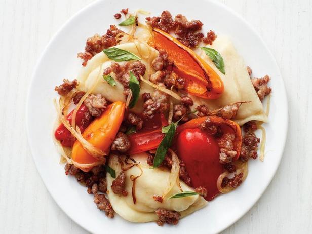 Фото Вареники в мясном соусе со сладкими перцами