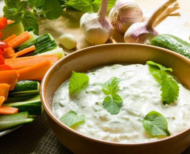 Фото Овощная тарелка с пикантным соусом ранч