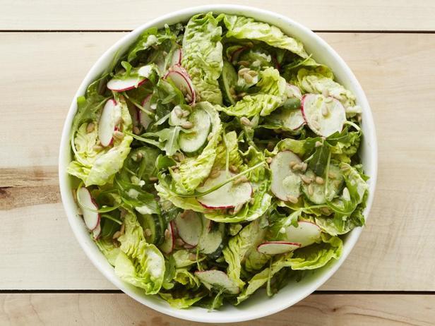 Фото Зелёный салат с редиской и семечками
