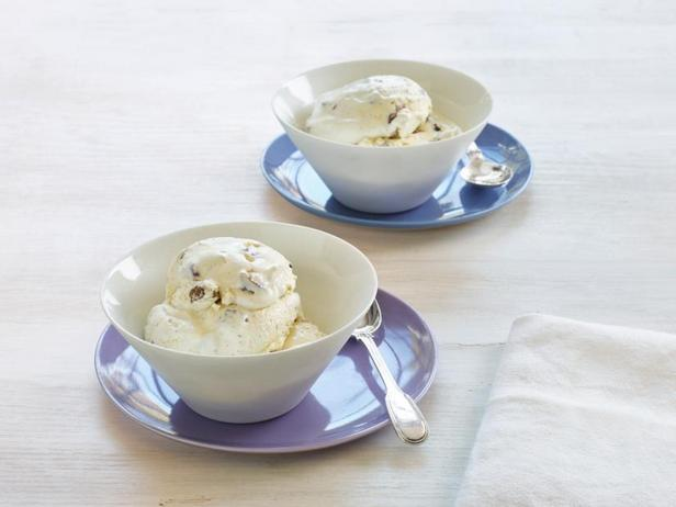 Фото Мороженое с ромовым изюмом и пеканом
