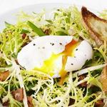 Салат бистро с яйцом-пашот