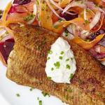 Форель с морковно-свекольным салатом по-китайски