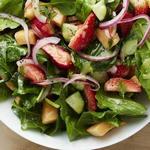 Салат с клубникой, огурцами и дыней