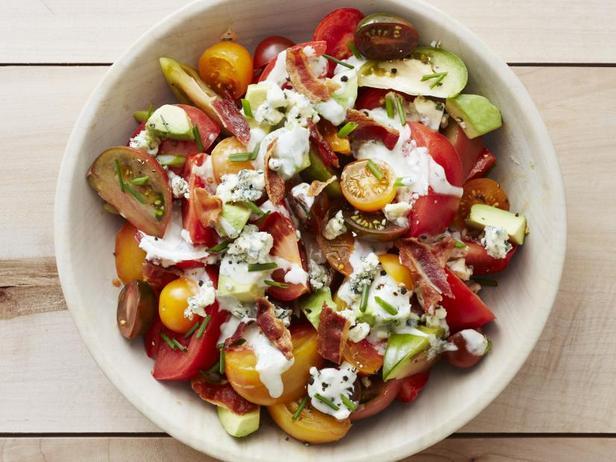 Фото Салат с помидорами, авокадо и беконом в заправке из голубого сыра