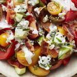 Салат с помидорами, авокадо и беконом в заправке из голубого сыра