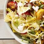 Салат из пасты фарфалле, кукурузы и помидоров