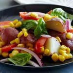 Картофельный салат с помидорами, кукурузой и базиликом