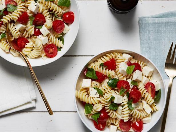 Фото Салат из пасты фузилли с помидорами и свежей моцареллой