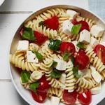 Салат из пасты фузилли с помидорами и свежей моцареллой