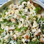 Салат с макаронами, курицей, зеленью и сыром азиаго