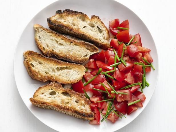 Фото Летние помидоры с хрустящим хлебом