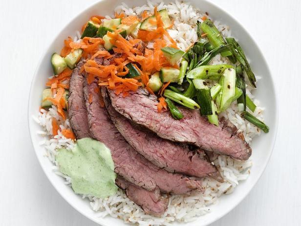 Фото Боул из риса с жареным на гриле стейком