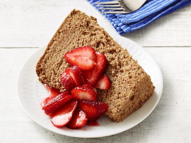 Фото Шоколадный торт «Пища ангелов» с клубникой