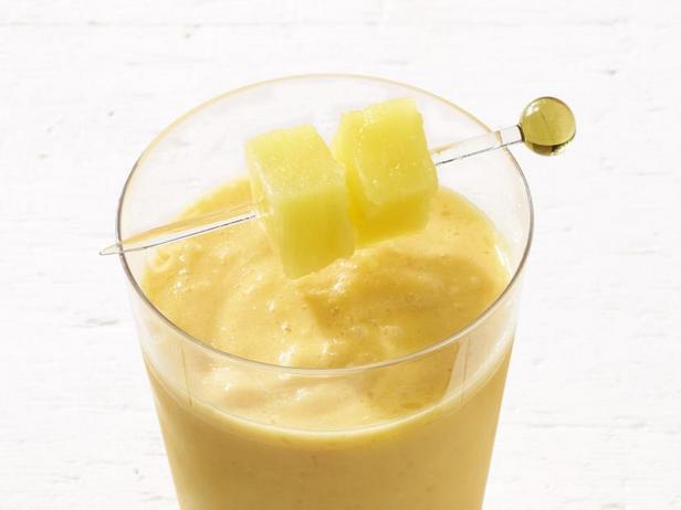 Фото Замороженный коктейль «Ураган» с тропическими фруктами