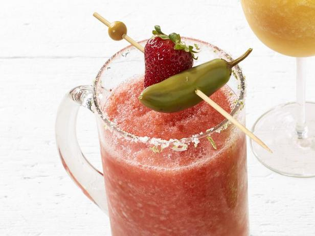 Фото Замороженный коктейль «Мичелада» с клубникой