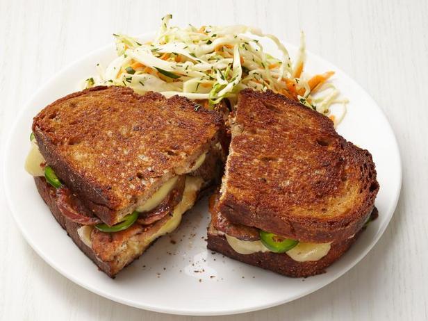 Фото Горячие сэндвичи с сыром и колбасой