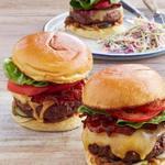 Бургер с говяжьей котлетой и пастрами