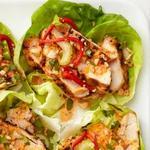 Копчёная курица в листьях салата
