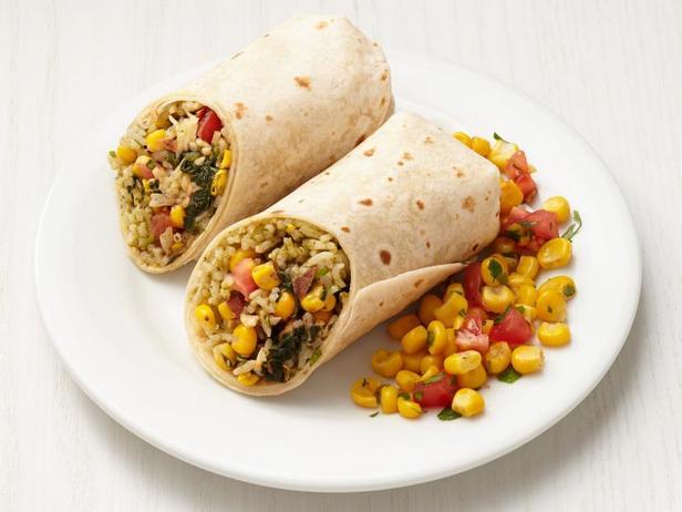 Фото Овощной буррито с начинкой из риса и фасоли с кукурузной сальсой