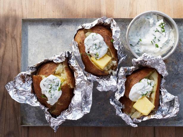 Фото Печёный на костре картофель со сметаной и зеленью