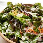 Садовый салат из свежих овощей в заправке ранч