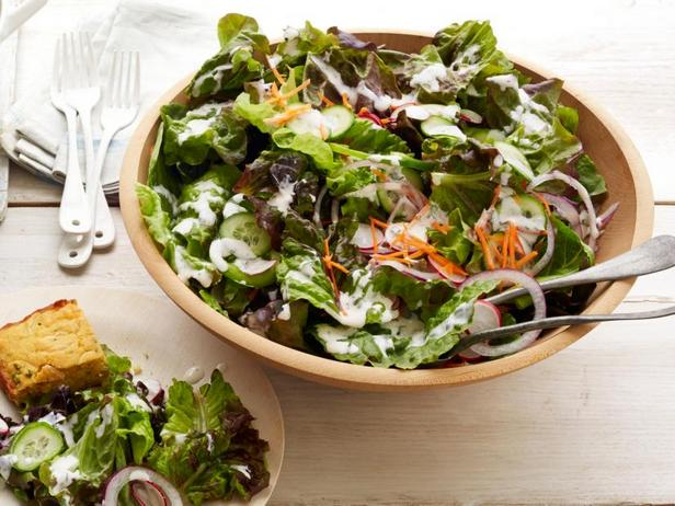 Фото Садовый салат из свежих овощей в заправке ранч