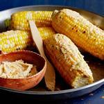 Кукуруза на гриле со сливочным маслом, лаймом и пастой чили
